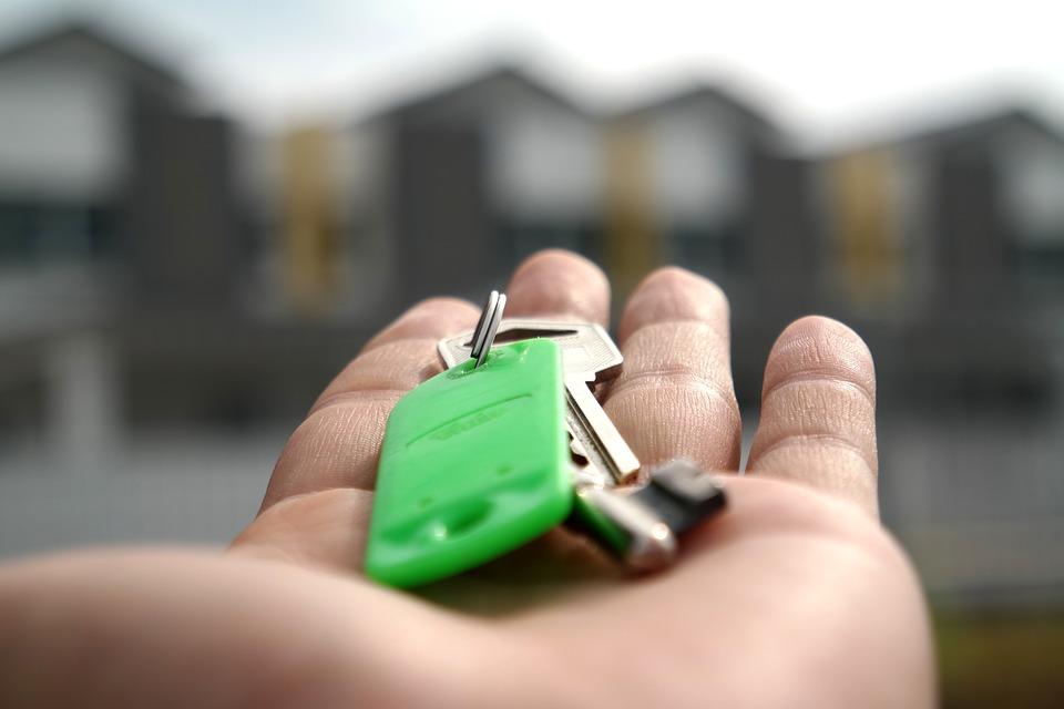 Trousseau de clés posé dans une paume de main